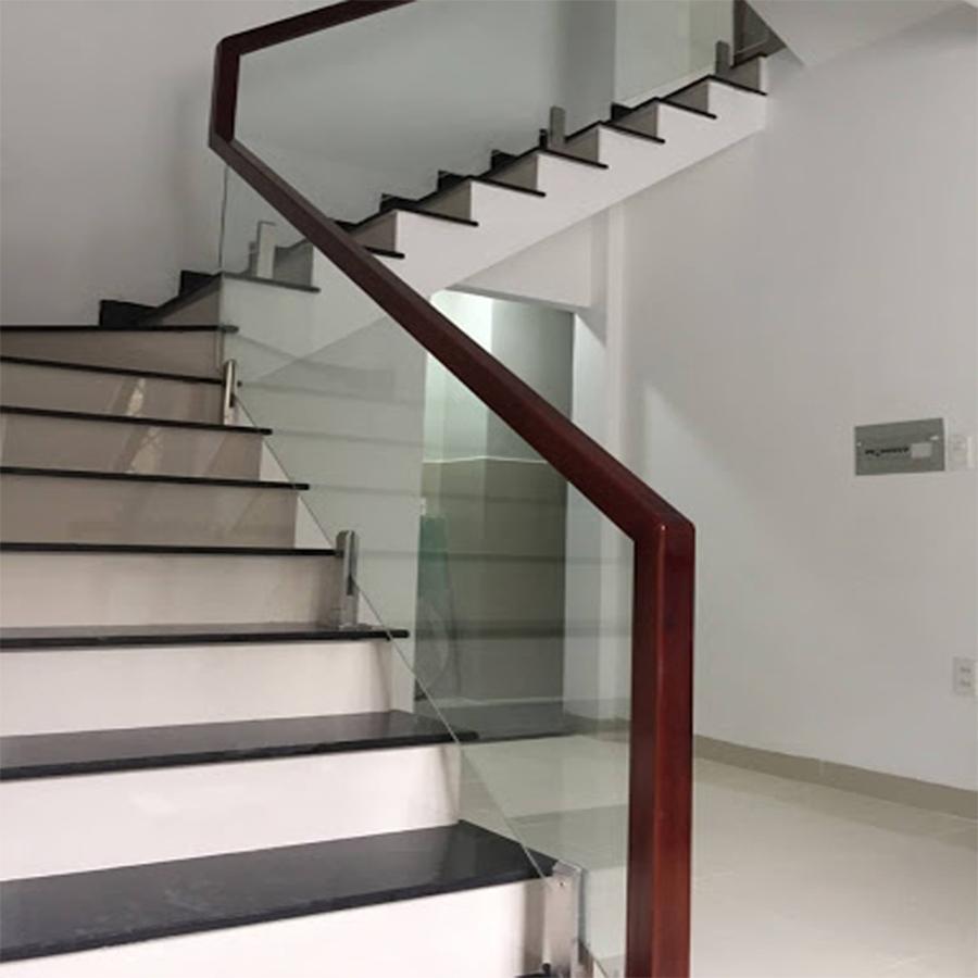 Cầu thang kính cường lực 1